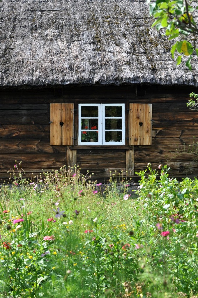 Pożegnanie lata. Kaszuby. Kaszubska chata. Ogród pełen kwiatów. Piękne okiennice. bebuszka.