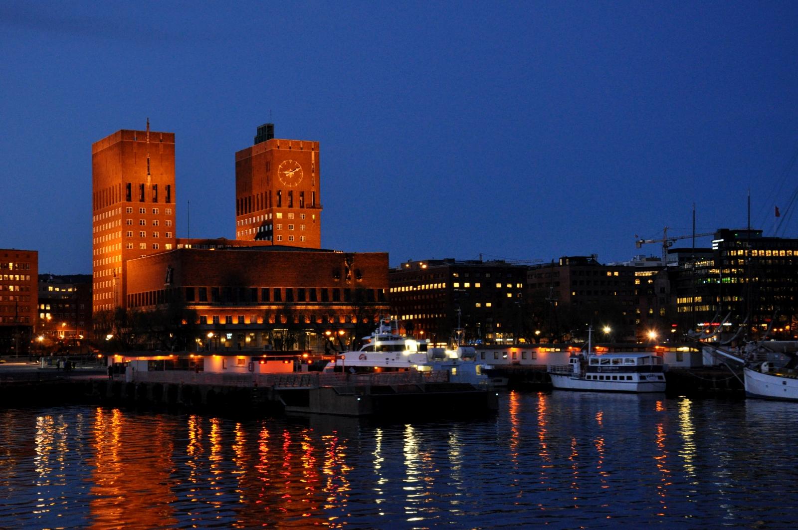 Oslo nocą. Ratusz.