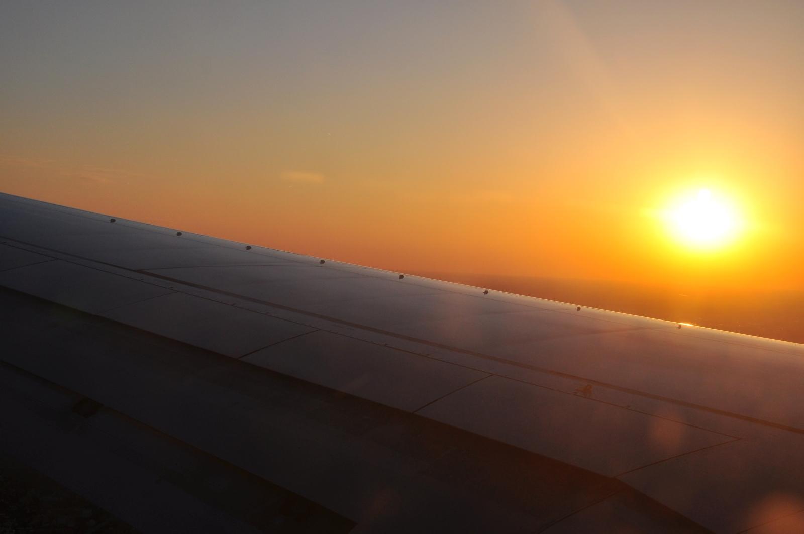 Widok z samolotu. Zachod słońca.